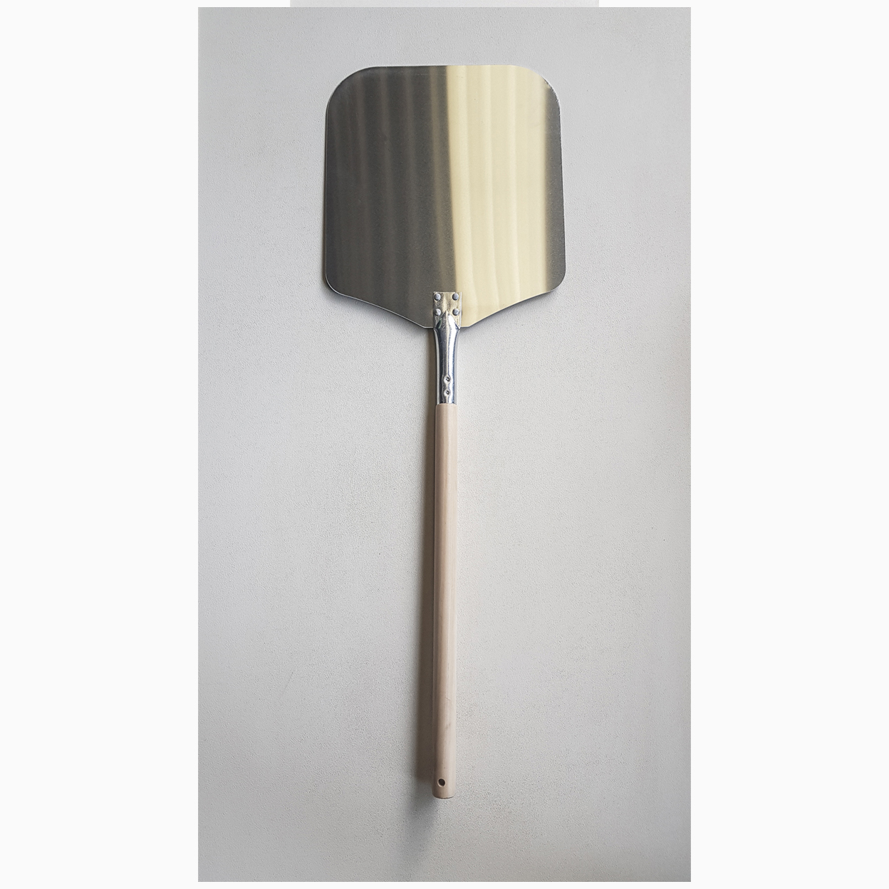 Aluminium pizza peel with wood handle